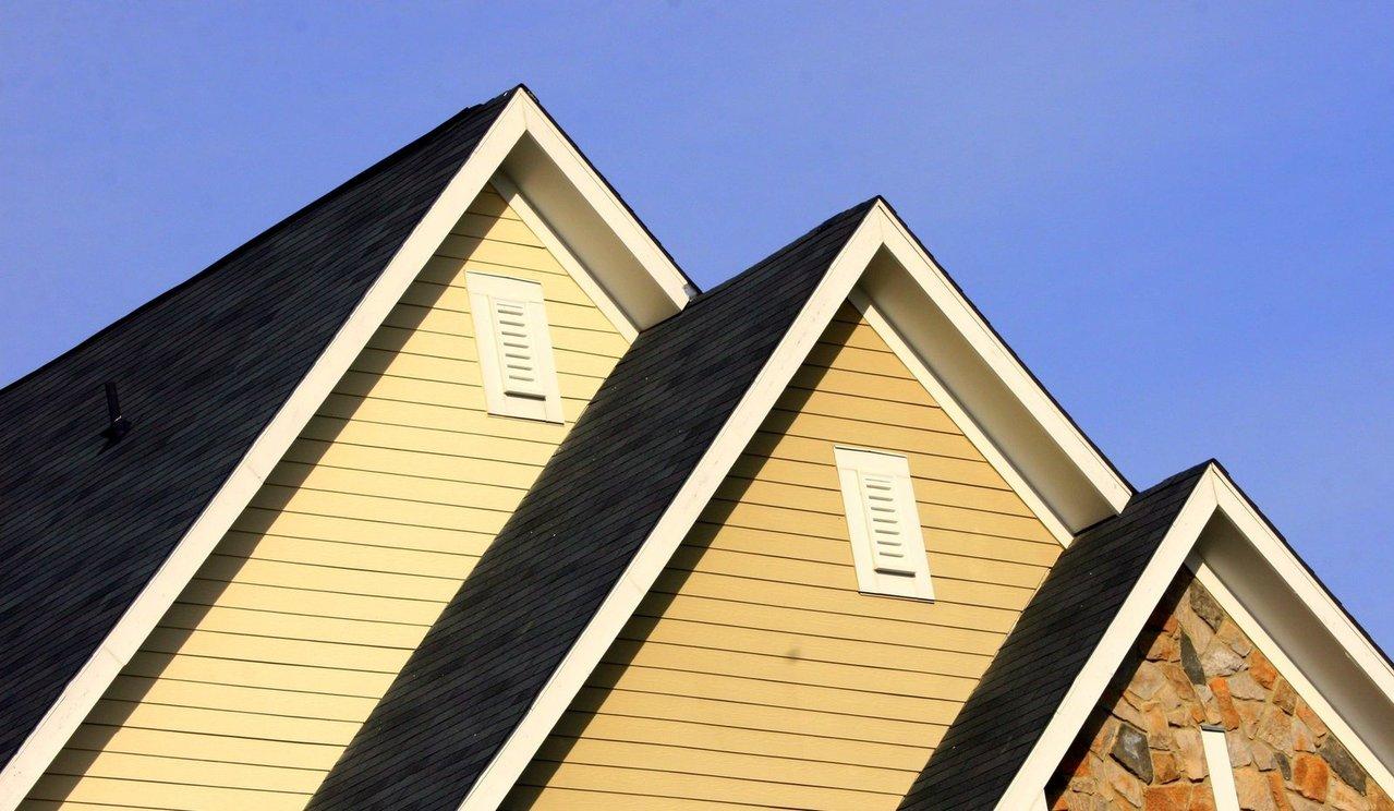 Co lepsze – dom parterowy czy z poddaszem?